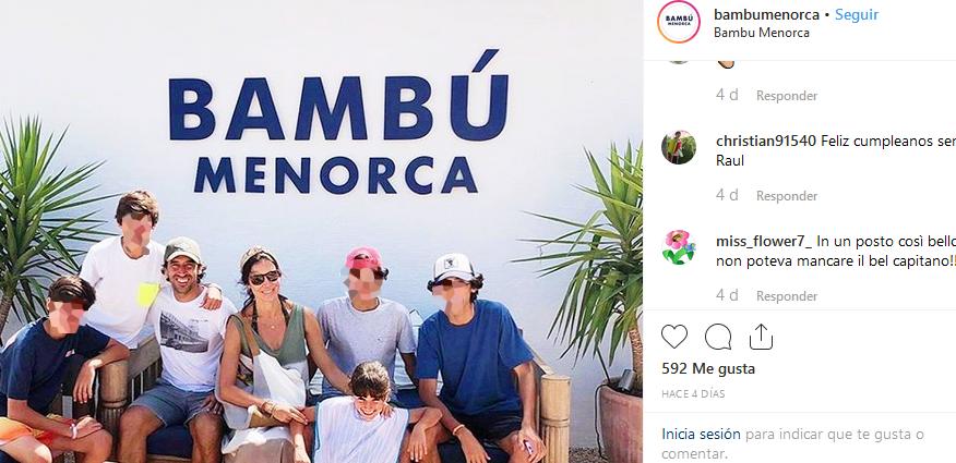 Raúl, junto a su familia en Binibeca (Foto: Bambú Menorca)