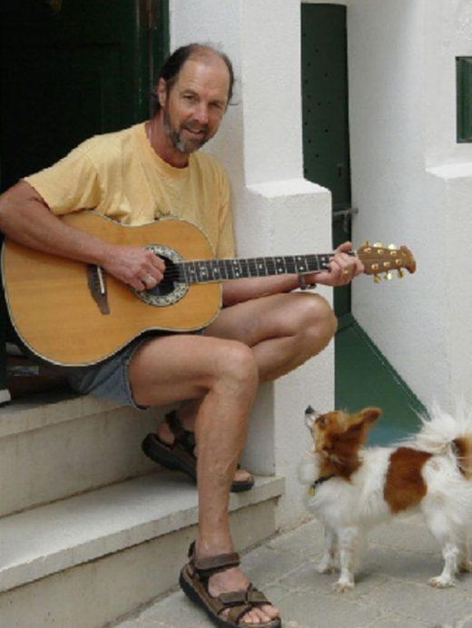 El artista norteamericano David Fishel veranea en Alaior