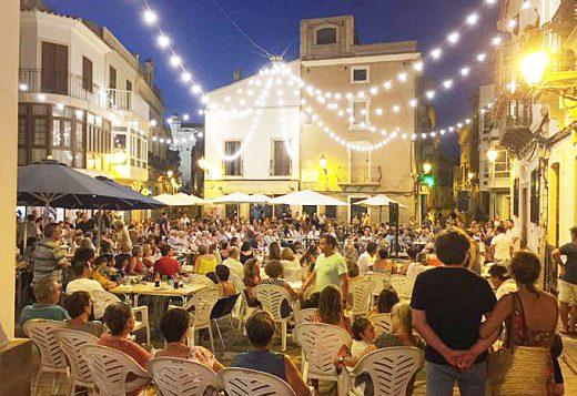 """Lleno en """"Sa Plaça"""" para seguir la noche de karaoke (Foto: Ajuntament d'Alaior)."""