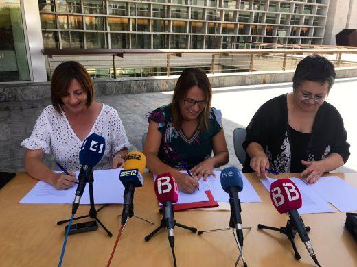 Firma del acuerdo esta mañana en la Plaza de la Biosfera de Maó