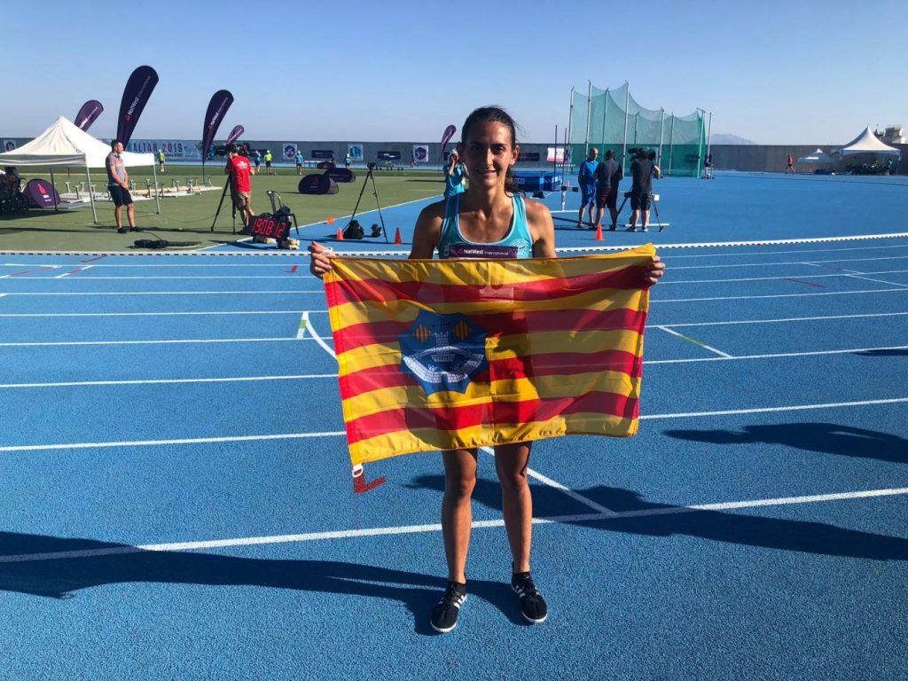 Marina Bagur, con la bandera de Menorca.