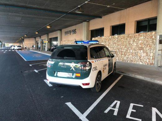 Un coche de la Guardia Civil en la parada del autobús (Foto: Tolo Mercadal)