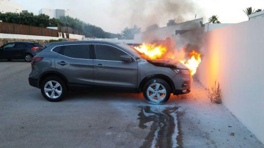 El vehículo incendiado (Foto: Policía Local Ciutadella)