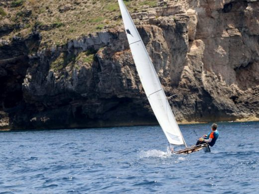 Jordi Servat se impone en la Vuelta a Menorca en patín de vela
