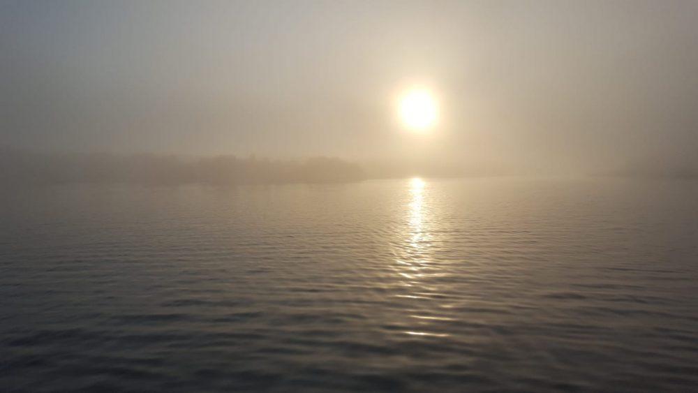 El puerto de Maó amanece cubierto de niebla (Fotos: Juan Valdespina y Ramón Sintes).