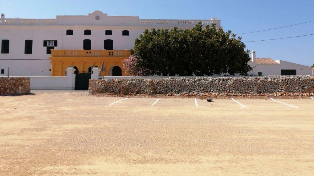 La alcaldesa de Sant Lluís, Carol Marqués, y el teniente de alcalde, Joan Pons, han visitado esta mañana el nuevo aparcamiento
