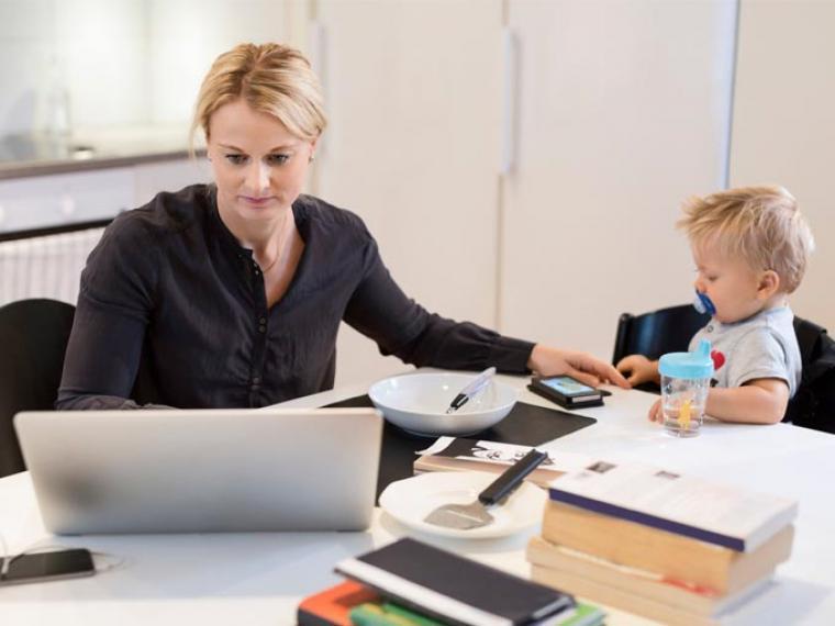Una madre trabaja junto a su hijo (Foto: serpadres.es)