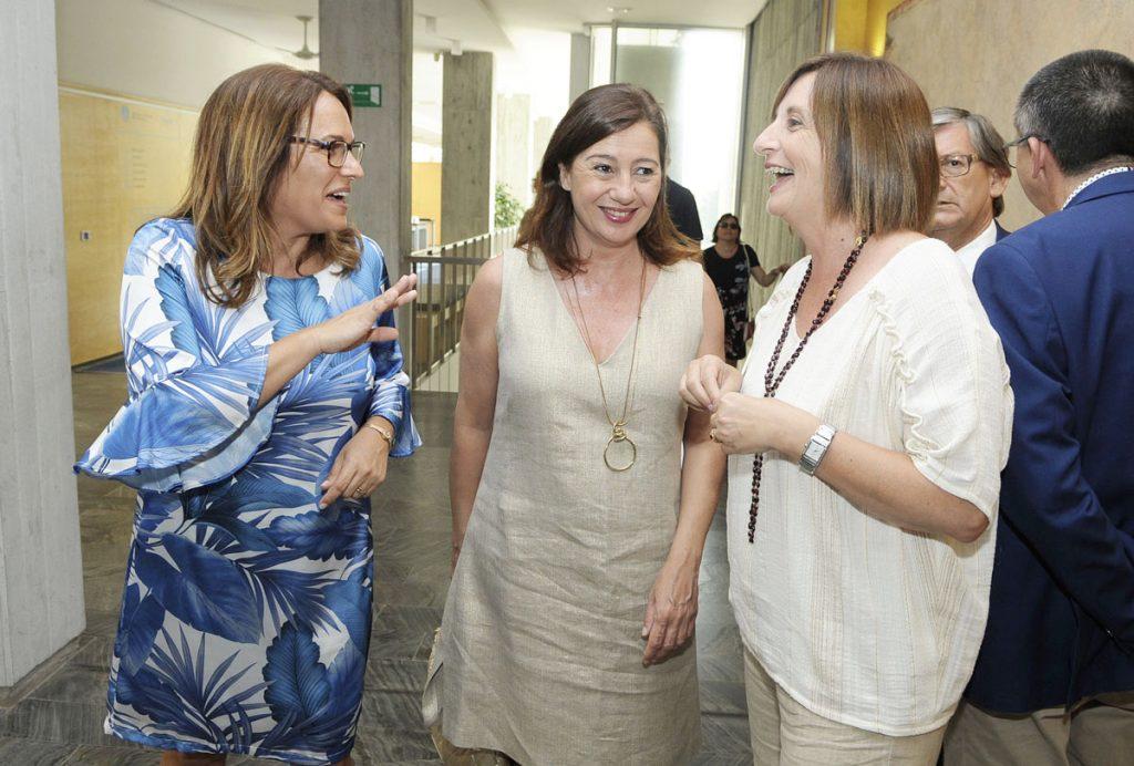 Susana Mora dialoga con Maite Salord y Francina Armengol (Foto: Tolo Mercadal)