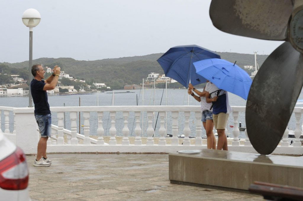 Turistas bajo la lluvia en Maó (Foto: Tolo Mercadal)