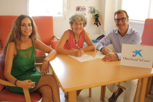 La concejala de Servicios Sociales de Sant Lluís, Maite Martínez, el director de la oficina de CaixaBank en Sant Lluís, Federico Pons, y la directora de la Residencia geriátrica