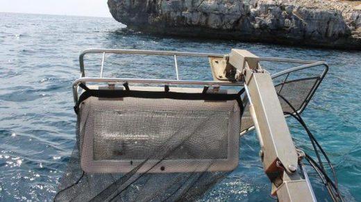 Menorca cuenta con 7 embarcaciones para retirar residuos en el mar.