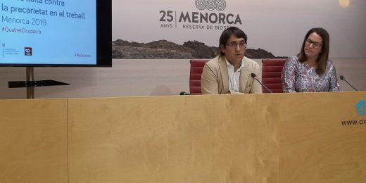 El conseller Negueruela y la presidenta Susana Mora esta mañana en la sede del Consell de Menorca