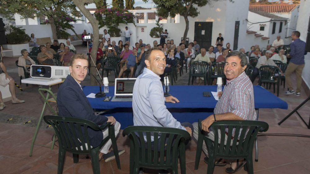 Guillermo Cuadra Fernández, en el centro de la imagen antes de la conferencia (Fotos: Carlos Hurtado)