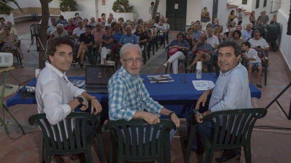 Grases, en el centro de la imagen antes de la conferencia (Fotos: Carlos Hurtado)