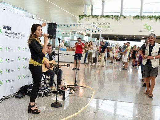 (Fotos) Música para soplar las velas del aeropuerto