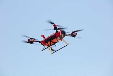 Es dron es un modelo Auxdron LFG, con ocho motores independientes y que puede soportar vientos de 30 nudos