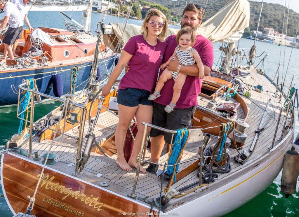 Antón de Llano y Jonna Lindberg con la pequeña Nora a bordo del Margarita Estalindalamar (Foto: Nico Martínez)