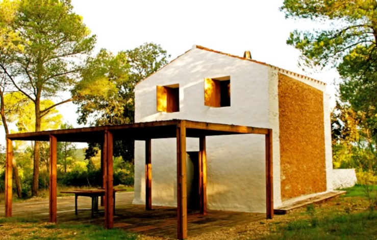 Cabaña aislada en un bosque de Menorca (Imagen: web Airbnb)