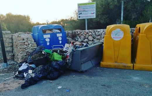 Un sofá junto a los contenedores (Fotos: Ajuntament d'Es Castell)