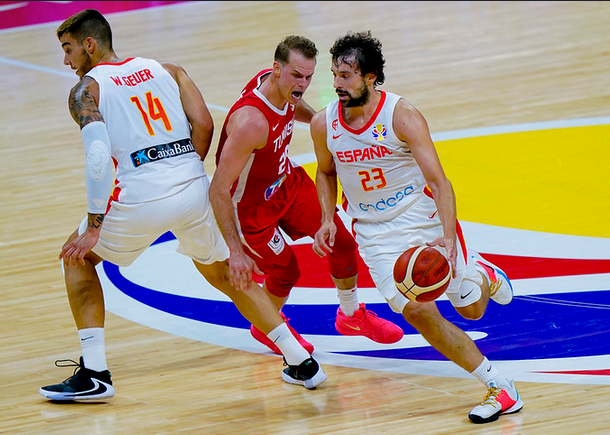 Llull, defendido por Roll (Fotos: FIBA)