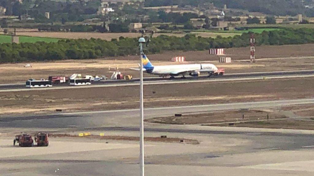 Una de las pistas del aeropuerto de Mallorca está bloqueada por un avión de Condor