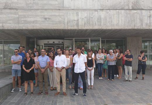 Concentración en la sede del Consell en Maó esta mañana