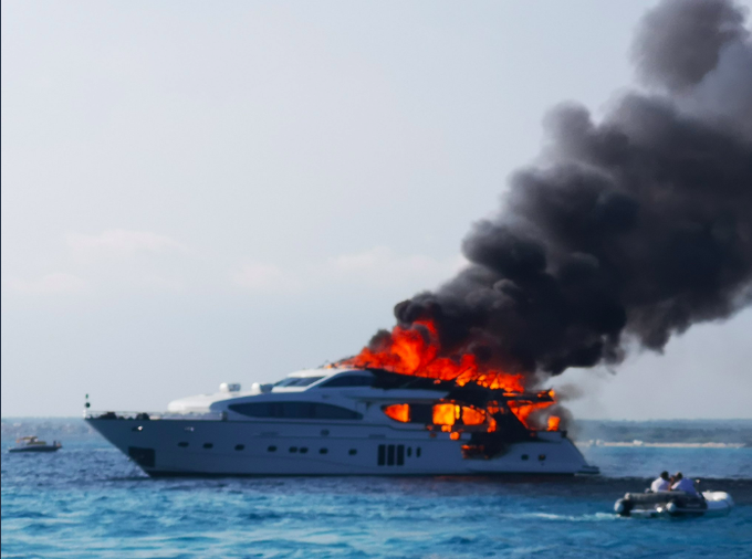 Imagen del yate en llamas (Foto: mallorcadiario.com)
