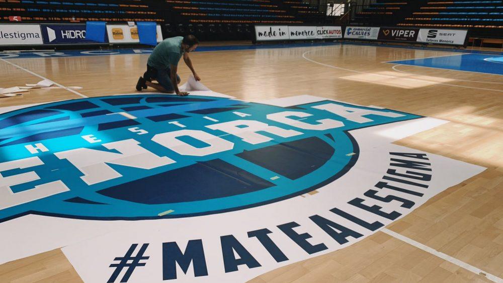 El logo del club ya está en el centro de la pista (Fotos: Bàsquet Menorca)
