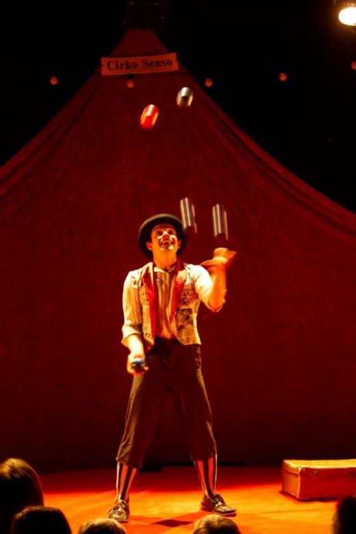 Acirkaos es una propuesta pedagógica integral que propone descubrir el circo a través del juego