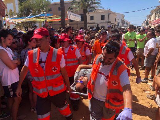 Uno de los heridos, trasladado en camilla (Foto: Tolo Mercadal)
