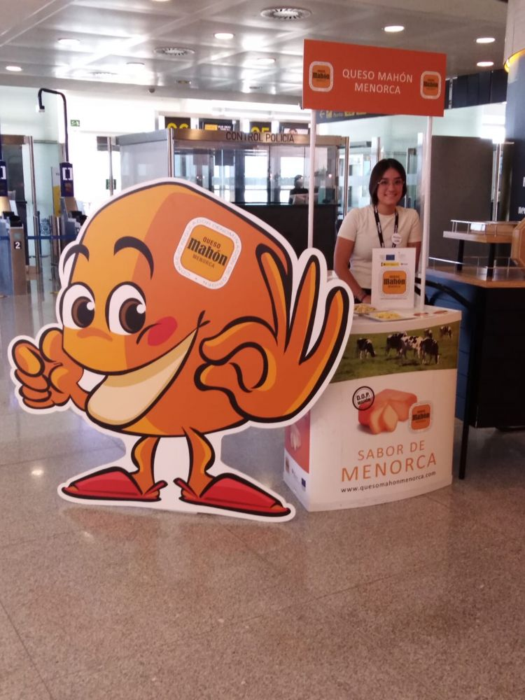 Imagen del pequeño stand en la terminal (Foto: Queso Mahón-Menorca)