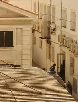 Imagen del vídeo que muestra a los detenidos entrando en dependencias policiales de Maó