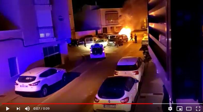 La rápida actuación de policías y bomberos impidió que el fuego se propagara