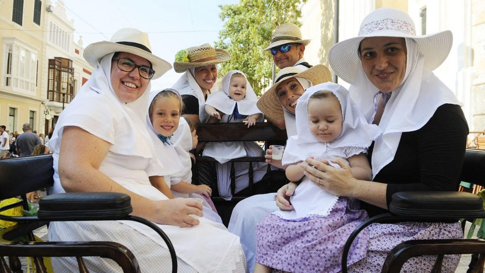Muchas familias han acudido a la cita con la patrona de Maó (Foto: Tolo Mercadal)