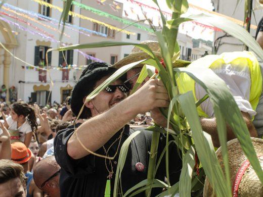 """(Fotos) El """"jaleo d'ases"""" de Sant Bartomeu llena es Pla de l'Esglèsia"""