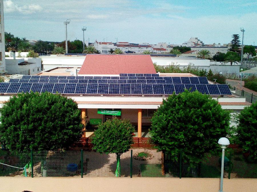 En algunos edificios públicos de la isla ya han optado por las energías renovables.