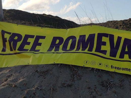 Un centenar de personas nadan en Maó por la libertad de Raül Romeva