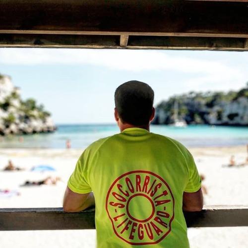Socorrista vigilando una de las playas de Ciutadella