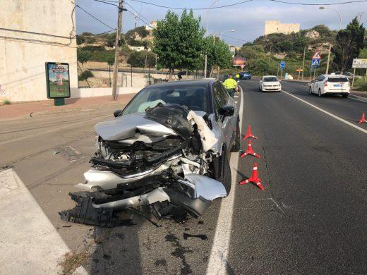 (Fotos) Dos turismos destrozados en Maó tras un choque frontal