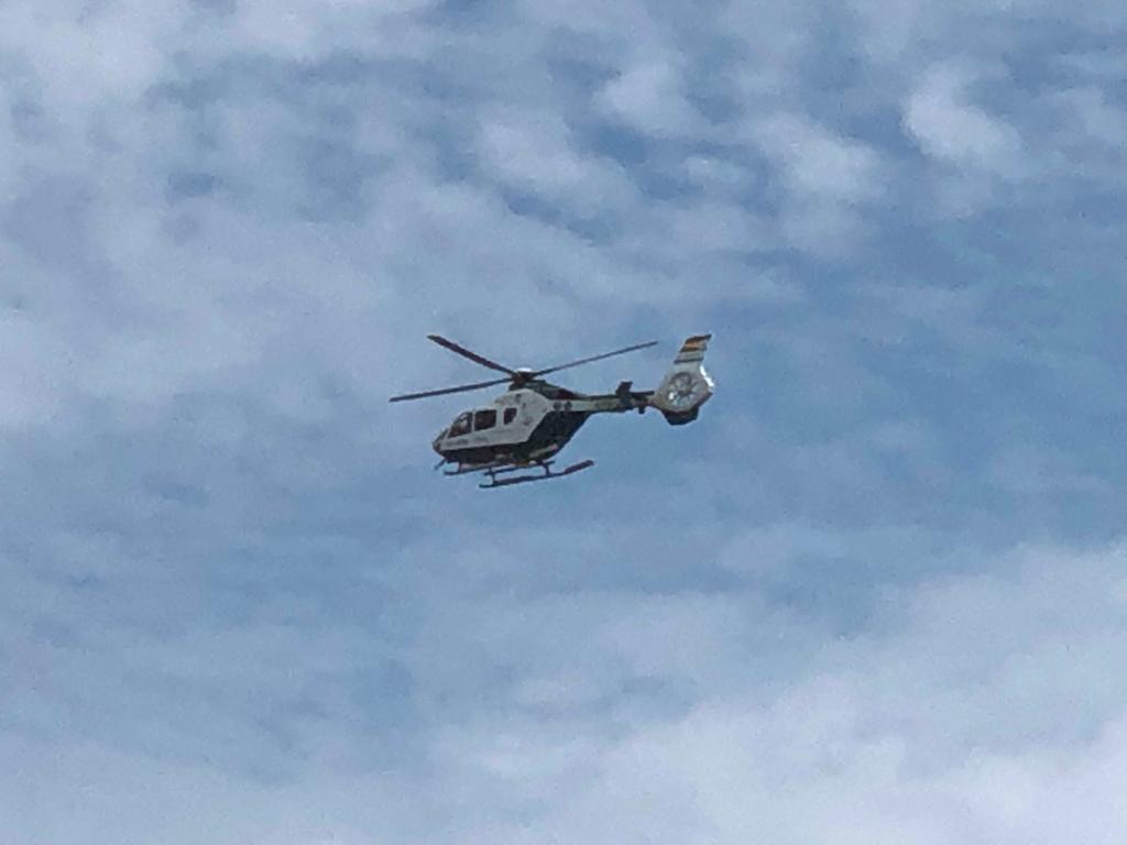Este helicóptero sobrevuela esta mañana la costa de Sant Lluís para localizar la patera
