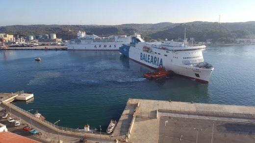 Barco de Baleària esta mañana en el puerto de Maó (Foto: Juan Valdelvira).