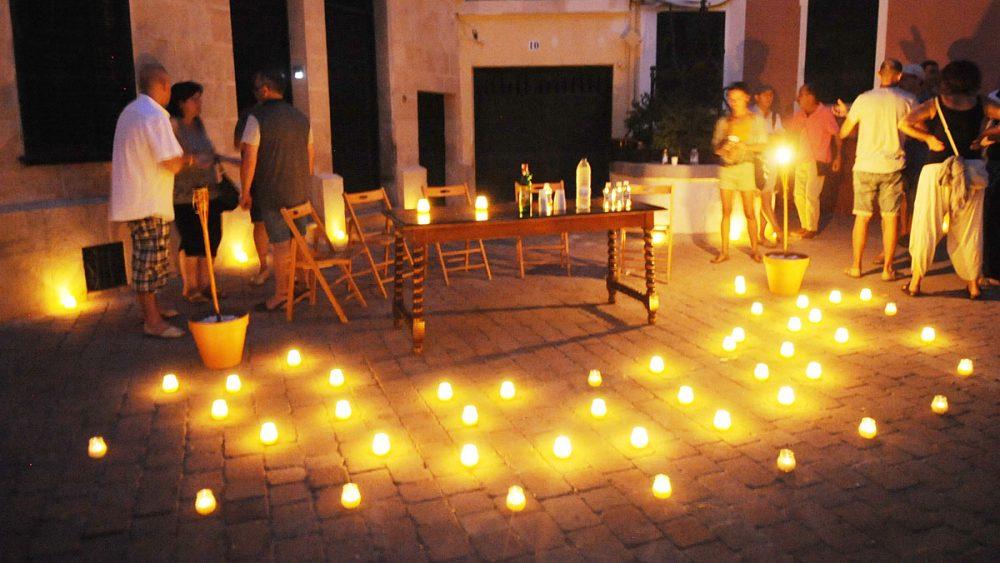 A la luz de las velas.