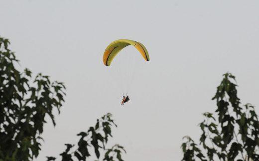 Una pareja practica parapente en Es Mercadal (Foto: Tolo Mercadal)
