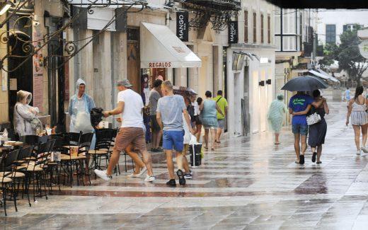 Lluvia en el centro de Maó (Foto: Tolo Mercadal)