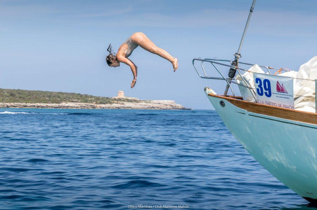 Una tripulante se lanza al mar desde la proa del Yanira (1954). Fotos: Nico Martínez