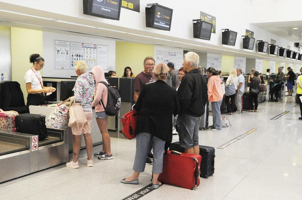 Turistas en la terminal de saidas (Foto: Tolo Mercadal)