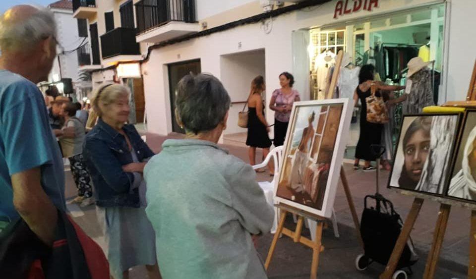 Visitantes en la exposición de pinturas (Fotos: Ajuntament d'Es Castell)