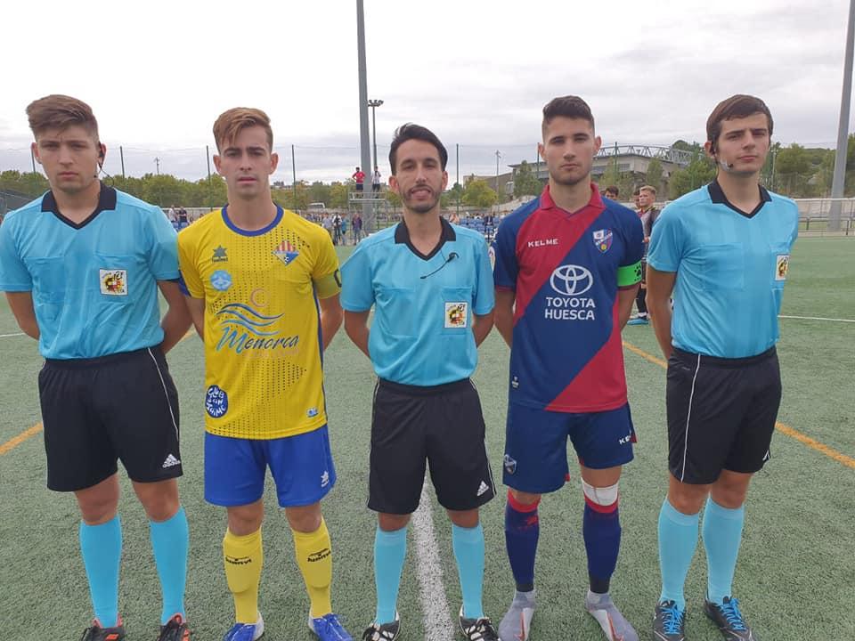 Trío arbitrales y capitanes, con Triay del Atlético Villacarlos (Foto: Atlético Villacarlos)