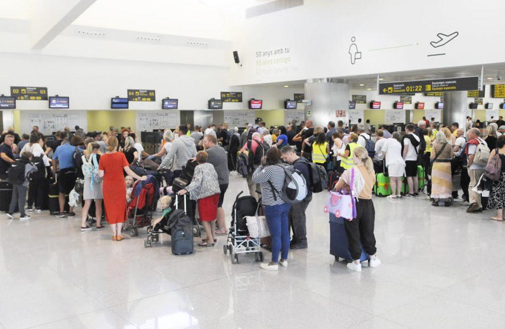 Turistas en el Aeropuerto de Menorca.