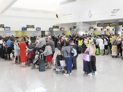 (Fotos) Cientos de turistas esperan en el aeropuerto para salir de Menorca